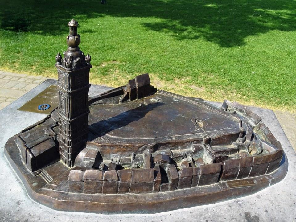 Escultura de la antigua Gran Plaza Mons Belgica
