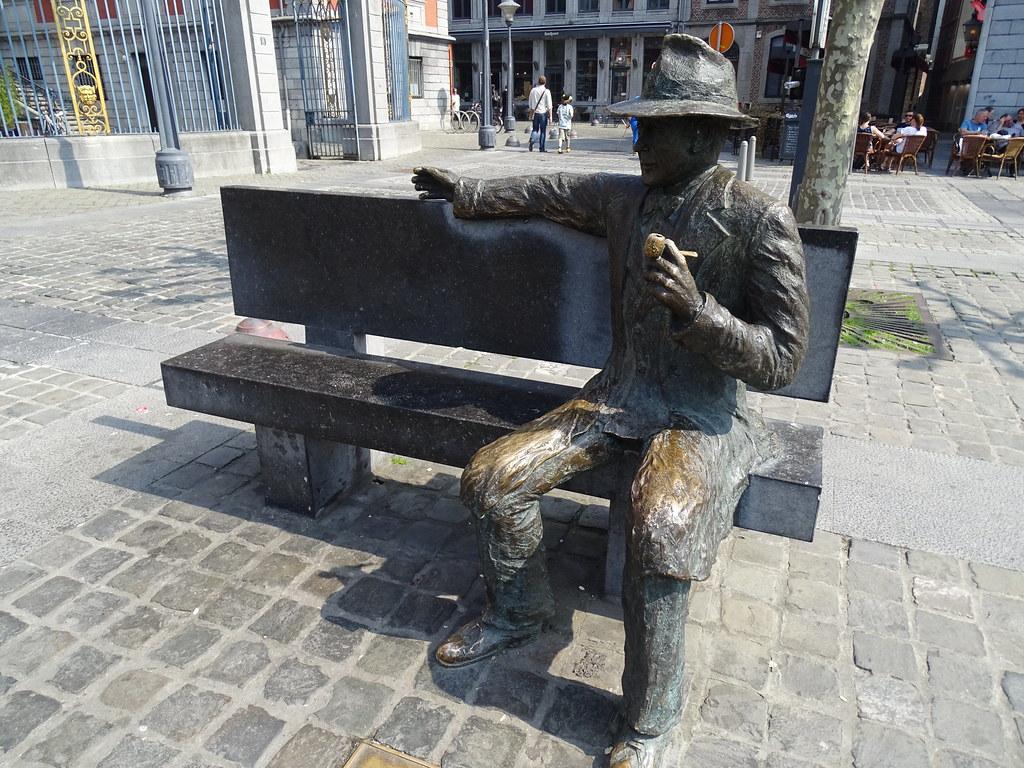 Escultura de Georges Simenon escultor  Roger Lenertz Place du Commissarie Maigret Lieja Belgica