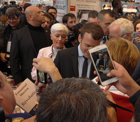 17c24 Macron Feria del Libro
