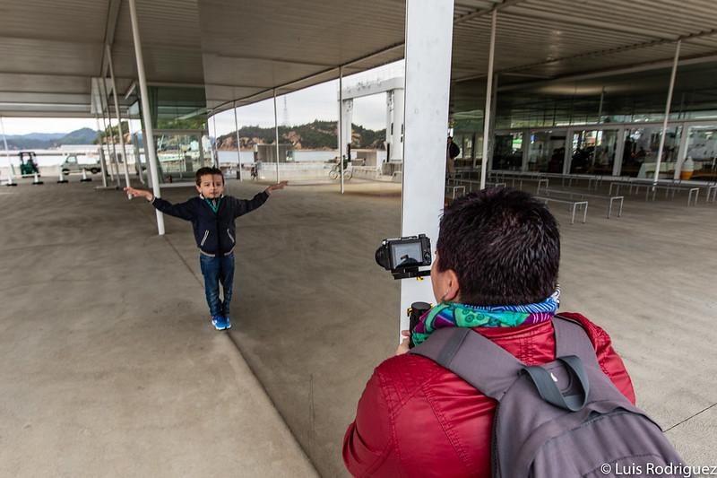 Jugando con los espejos en la terminal de ferries de Naoshima