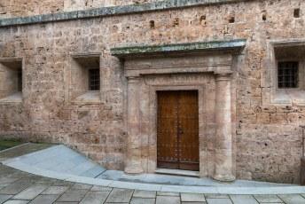 Het achterdeurtje van het paleis met de naam van Carlos V er boven.