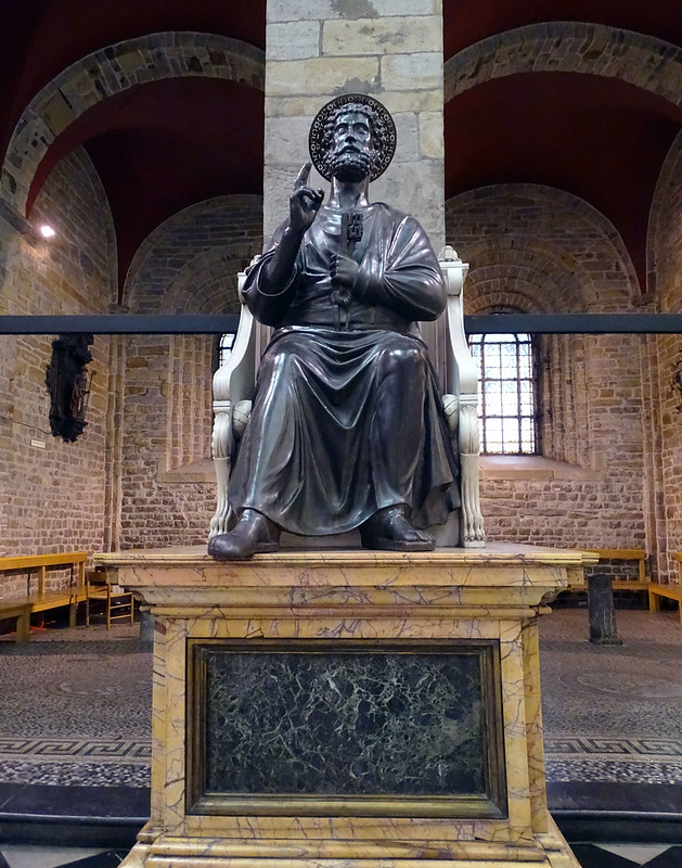 Escultura estatua San Pedro en el trono Saint-Pierre interior Iglesia de San Dionisio o Saint Denis Lieja Belgica