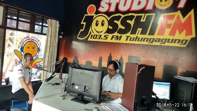 Suyitno Arman menyampaikan penjelasan tentang Pilkada 2018 saat acara talk show di Studio Radio Jossh FM, Selasa (22/5)