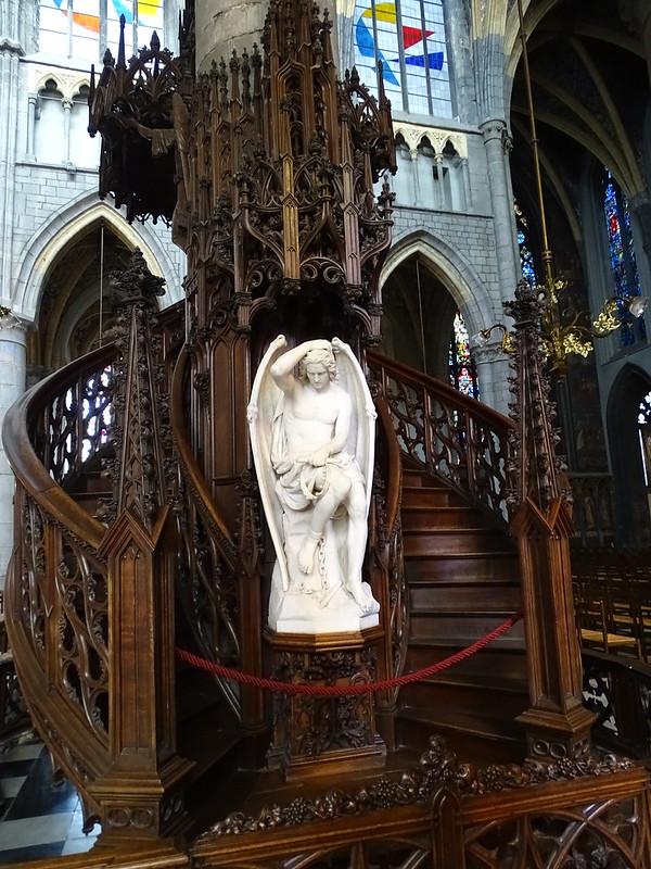Escultura Genio del Mal de Guillaume Geefs pulpito interior Catedral San Pablo Cathédrale Saint Paul Lieja Belgica 01