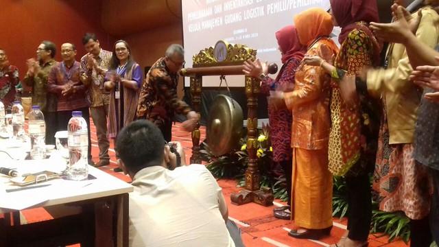 Arief Budiman memukul gong tanda dibukanya acara bimtek yang diselenggarakan KPU RI, Rabu (2/5)