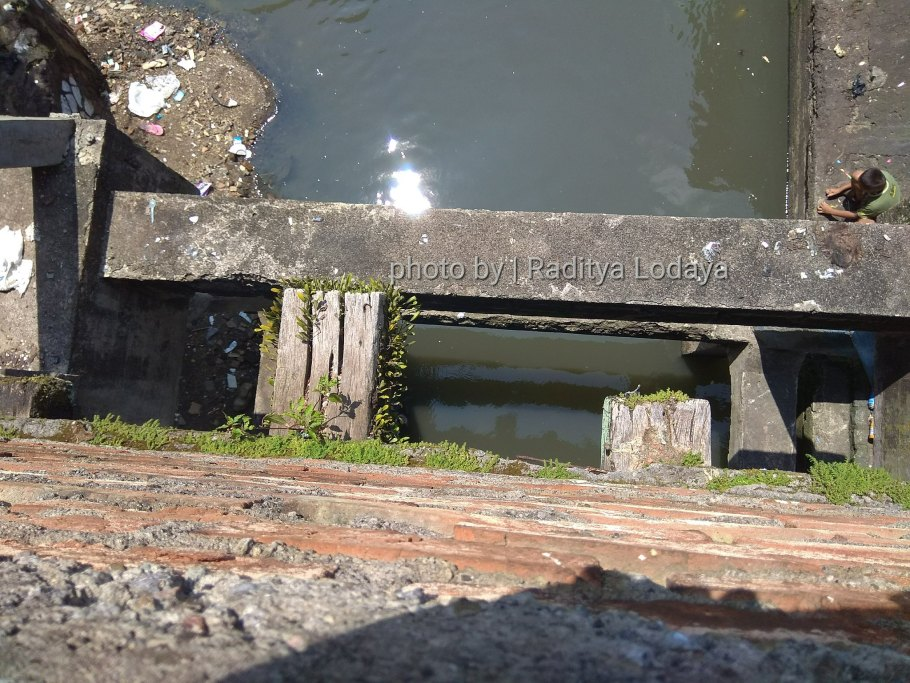 Foto Jalur Rel Mati Bandung (Kiaracondong Karees) 36 - Jembatan Malabar 1 ternyata bekas rel kereta api (bantalan kayu di bawah)