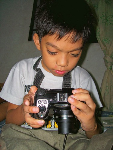 boy holding a camera Pinoy Filipino Pilipino Buhay  people pictures photos life Philippinen  菲律宾  菲律賓  필리핀(공화�) Philippines  dlsr