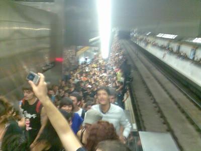Foto del andén del metro abarrotado en la parada del Fòrum