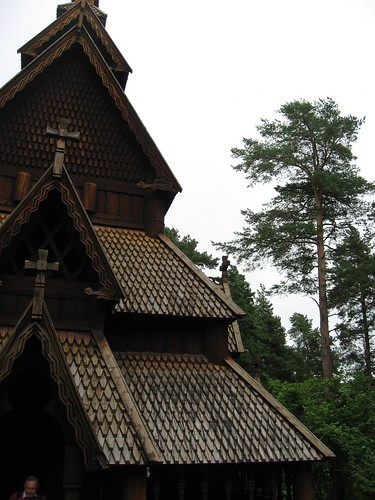 Exterior de la iglesia nórdica, frontal.