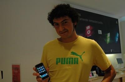 Yo manteniendo el iPhone en una mano