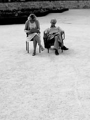 他們就直接坐在沙地通道的正中央看書