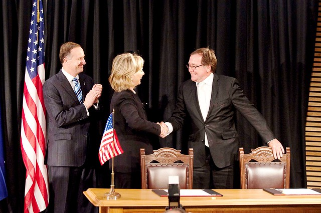 Secretary of State Hillary Clinton and New Zealand Minister Murray McCully sign the Wellington Declaration