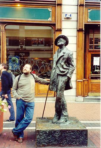 Posando junto a la escultura de James Joyce (en O'Connell Street, Dublin)