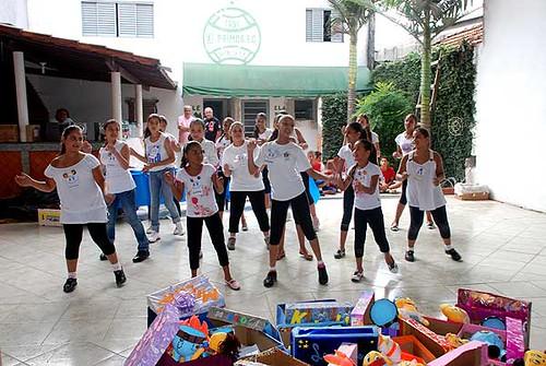 Apresentação de dança das meninas participantes do projeto