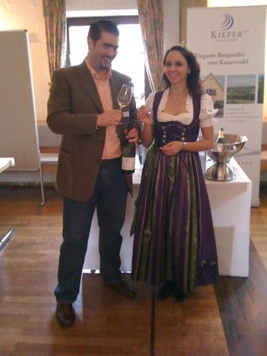 Badische Weinprinzessin Rebecca Gut und Alexander Ultes am Stand von Weingut Friedrich Kiefer