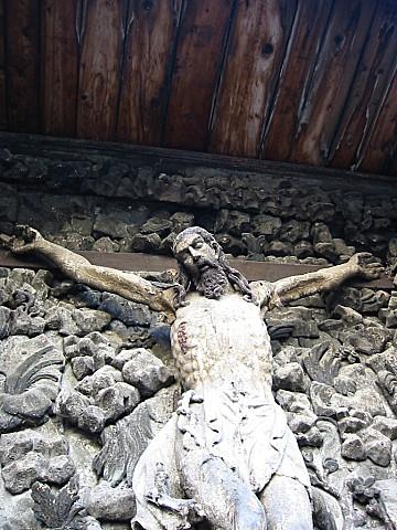 Der gekreuzigte Christus neben einer armenischen Kirche