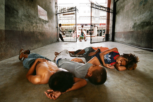 boys sleeping on the ground, trio Buhay Pinoy Philippines Filipino Pilipino  people pictures photos life Philippinen  菲律宾  菲律賓  필리핀(공화�)