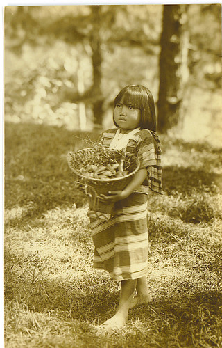 Young Igorot girl carries a food basket indigenous Philippinen  菲律宾  菲律賓  필리핀(공화�) Pinoy Filipino Pilipino Buhay  people pictures photos life  philippines, rural, igorot black and white culture