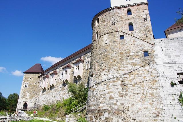 從城堡後方拍城堡。怎麼看都覺得好可愛,我喜歡那些窗格。