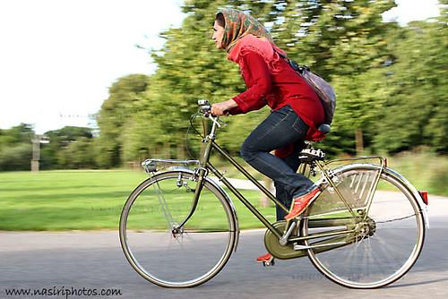 Chica iran� en bicicleta