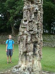 Friedrich bewundert die Stele vom Mayaherrscher, Copan, Honduras