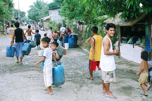 Pinoy Filipino Pilipino Buhay  people pictures photos life Philippines, children, domestic chores, man, scene, street, water igib