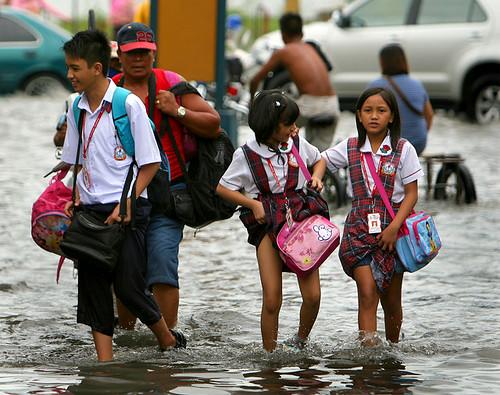 flood philippines manila commuting
