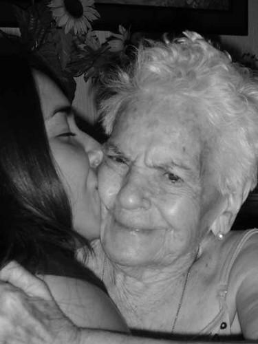 besando a abuela