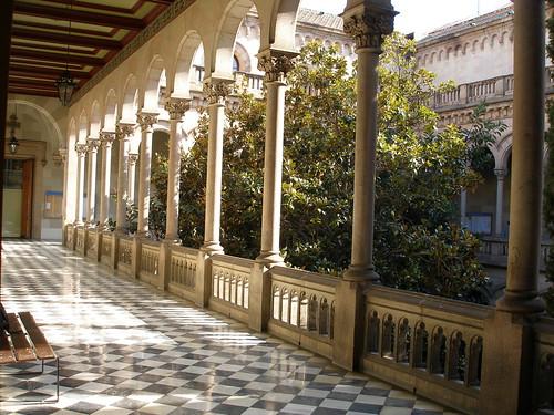 LUniversité de Barcelone, un lieu de mémoire et de savoir : cadre idéal pour évoquer la question du domaine public numérique (Universitat de Barcelona par jcorrius. CC-BY-NC. Source Flickr)