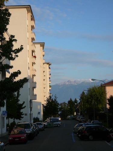 Grand immeuble et Alpes Boisy