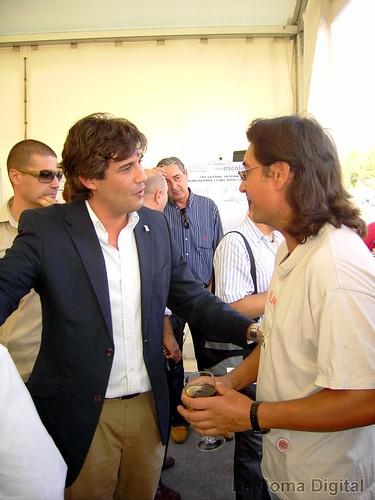 Lorenzo Agust� hablando con un asistente al evento