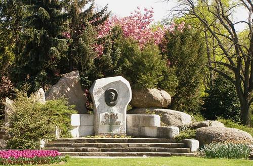 Schweizergarten- Rudolf Steiner monument 2007-04: Er.We
