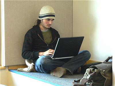 chimes29_periodicals_laptop_boy_400p_69sharp
