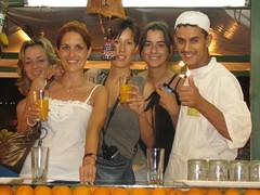 Núria, Raquel, Maite, Cris i el noi dels sucs de taronja