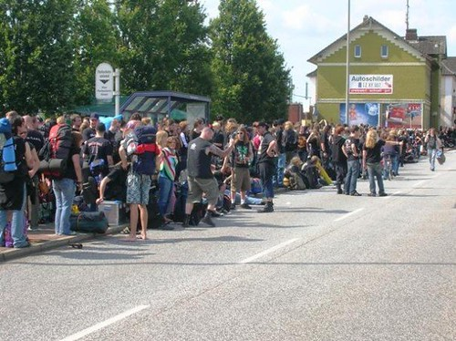 Roy Doron Itzehoe waiting for bus to Wacken