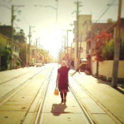 昼下がり、線路を歩く