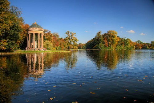 Badenburgsee am nymphenburger Schloss in München im Herbst