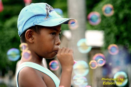 Luneta Manila boy blowing bubbles toys  Buhay Pinoy Philippines Filipino Pilipino  people pictures photos life Philippinen  菲律宾  菲律賓  필리핀(공화�)