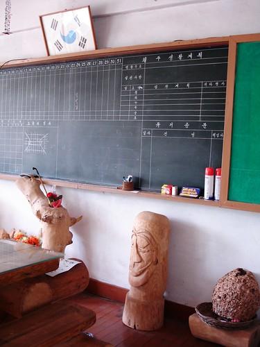 Dorfschule Holzskulptur
