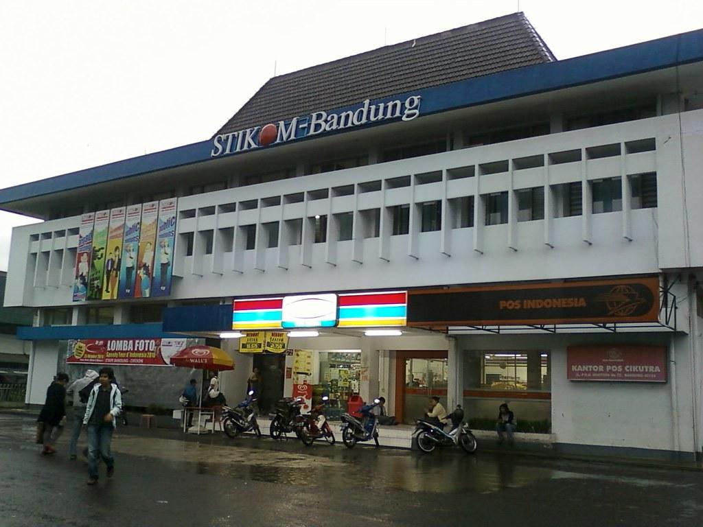 Kampus STIKOM Bandung di jalan PHH Mustopha 72, Bandung