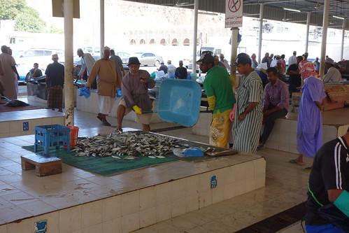 Les pêcheurs étalent leurs prises sur des tapis, ou à même les carreaux.