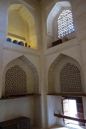 Dans la plupart des pièces la même architecture, avec des fenêtres ouvertes au ras du sol et un haut plafond