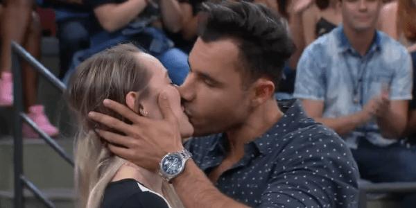 """Rodrigo Sant'Anna dá beijo de """"novela"""" em moça da plateia no """"Altas Horas"""""""
