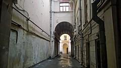 В Петербурге можно спокойно найти во дворе и милый деревянный дом и спрятавшийся дворец... Так и здесь на Фонтанке за двумя арками спряталось симпатичное отреставрированное здание.