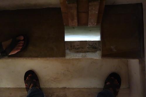 Le jus de dattes bouillant était utilisé pour repousser les envahisseurs : ici, une ouverture dans l'escalier permet de le déverser