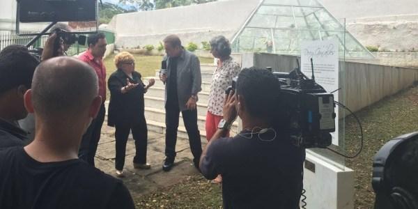 Gugu abre túmulo de Dercy e recebe sertanejos que pagaram mico na Globo