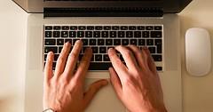 """Auf einer Tastatur tippen. • <a style=""""font-size:0.8em;"""" href=""""http://www.flickr.com/photos/42554185@N00/24260546511/"""" target=""""_blank"""">View on Flickr</a>"""