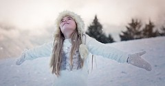 """Die Arme ausbreiten. Das Mädchen breitet ihre Arme aus. • <a style=""""font-size:0.8em;"""" href=""""http://www.flickr.com/photos/42554185@N00/26252564496/"""" target=""""_blank"""">View on Flickr</a>"""