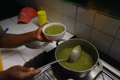 On fait cuire les feuilles avec la noix de coco râpée et son eau.