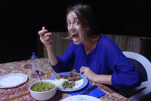 Miam ! Le ravitoto se mange avec du riz (et parfois de la viande).